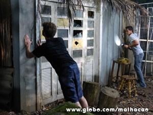Sidney e Ben chegam à cabana, que estava trancada (Foto: Malhação / TV Globo)