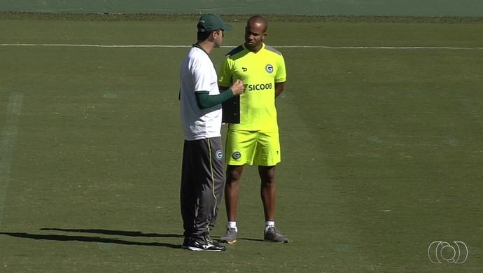 Léo Condé e Patrick conversam em treino do Goiás (Foto: Reprodução / TV Anhanguera)