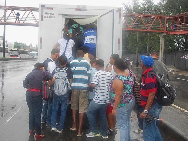 Passageiros pegam carona em um caminhão frigorífico na Avenida Brasil, na zona norte do Rio de Janeiro. (Foto:  Carlos Rangel/Agência O Dia/Estadão Conteúdo)