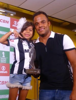 Ao lado da filha Giovanna, Mancini recebe prêmio Troféu Globo Minas de melhor meia (Foto: Maurício Paulucci)