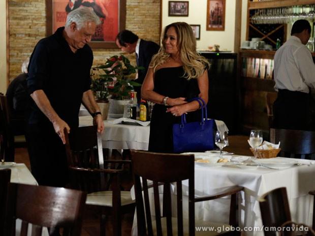 César é só gentilezas com Pilar (Foto: Amor à Vida/TV Globo)