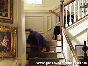 Como se fosse Djenane, a garçonete rola escada abaixo (Foto: Sangue Bom/TV Globo)