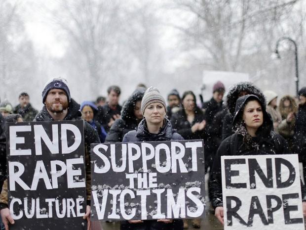 Estudantes da Universidade Penn State protestam depois que uma fraternidade postou fotos de mulheres nuas e desmaiadas no Facebook (Foto: Matt Rourke/AP)