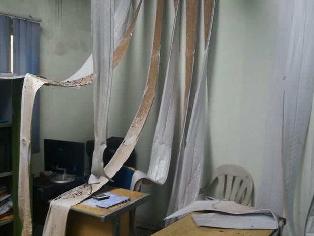 Forro de PVC derreteu devido ao calor das chamas (Foto: Divulgação/Folha do Bico)