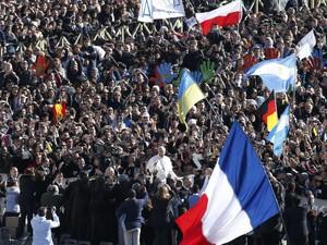 Milhares de pessoas se reunem no Vaticano para a missa inaugural do Papa (Foto: Stefano Rellandini/Reuters)