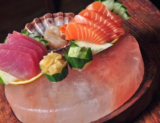 O sashimi Himalaia é fruto das experientes mãos dos chefs Edvan Medeiros e Flávio Alves (Foto: Art Rio Com)