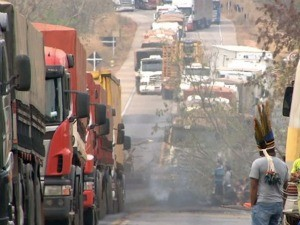 Protesto de índios causou congestionamento de aproximadamente 60 km nesta terça-feira. (Foto: Reprodução/ TVCA)