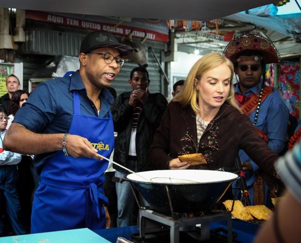 Cantor prepara pastel para Angélica provar. Será que ela vai gostar? (Foto: Camila Camacho / TV Globo)