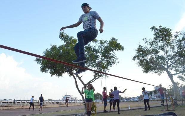 Slackline pode ser praticado por qualquer pessoa (Foto: Amazônia Revista)