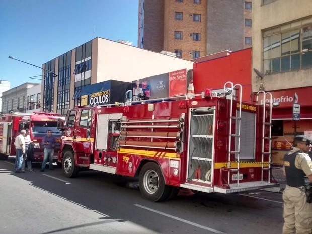 Segundo bombeiros, fogo se espalhou pelas janelas e telhados em Poços de Caldas (Foto: Filipe Martins / G1)