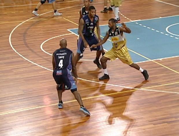 NBB 2012/13: Vila Velha x Bauru Larry Taylor (Foto: Reprodução/TV Gazeta)