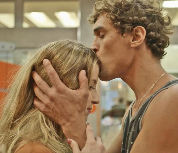 Gabriel e Barbara fazem as pazes (Foto: TV Globo)