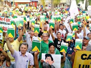 Em Rio Branco (AC), manifestantes levantaram exemplares da Constituição durante protesto a favor do impeachment da presidente Dilma Rousseff (PT-AC) (Foto: Iryá Rodrigues/G1)