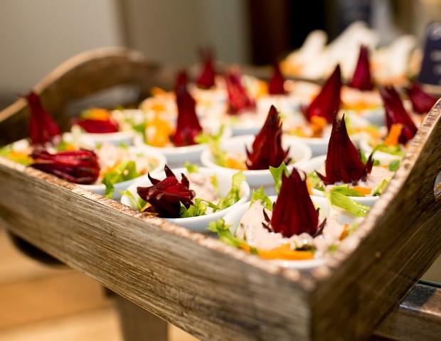 Entradinhas de salada colorida com escarola e umê (Foto: Reprodução / Karin Michels Photography)