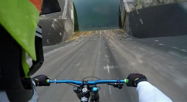 O ciclista Primož Ravnik desceu uma represa em alta velocidade na Eslovênia (Foto: BBC)
