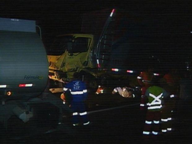 Equipes trabalharam no resgate depois do acidente em Itatinga, SP (Foto: reprodução/TV Tem)