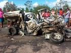 Batida com carreta mata 2 pessoas e destrói carro na BR-110, interior da BA