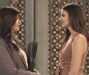'Pega pega': Maria Pia (Mariana Santos) e Luiza (Camila Queiroz) | TV Globo