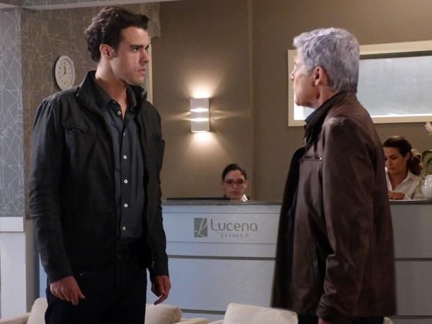 Enrico culpa o pai pelo acidente de Beatriz  (Foto: Império/TV Globo)