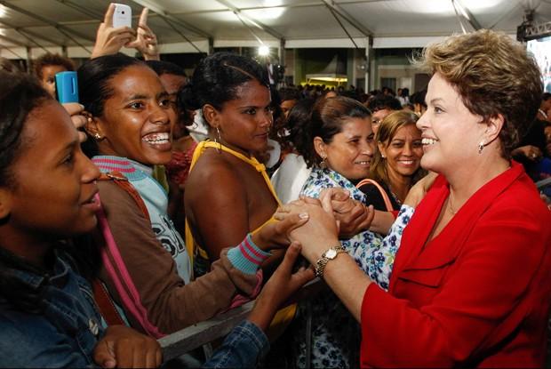 Dilma Rousseff cumprimenta beneficiárias do  Minha Casa, Minha Vida em Feira de Santana (Foto: Roberto Stuckert Filho/PR)