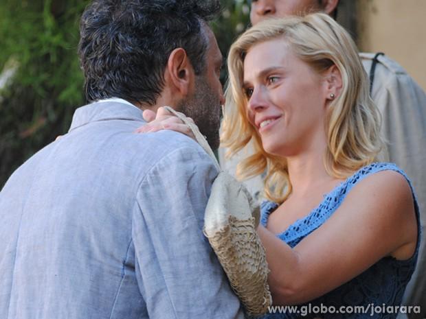 Loira finalmente poderá ficar ao lado do amado (Foto: Joia Rara/TV Globo)