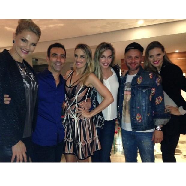 Ana Hickmann, César Tralli, Ticiane Pinheiro, Mariana Weickert e Matheus Mazzafera com amiga em festa em São Paulo (Foto: Instagram/ Reprodução)