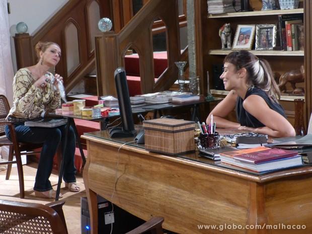 Maura não esconde a saudade e presta atenção na conversa de Zelândia com Sidney (Foto: Malhação / TV Globo)