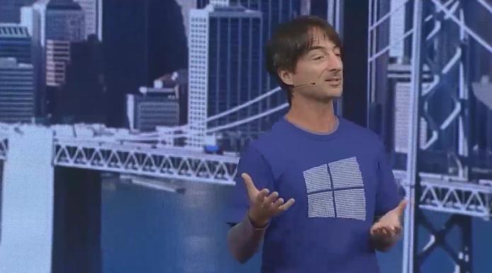 Joe Belfiore usa camisa com código dinário na logo do Windows durante a Build 2015 (Foto: Reprodução/Microsoft)