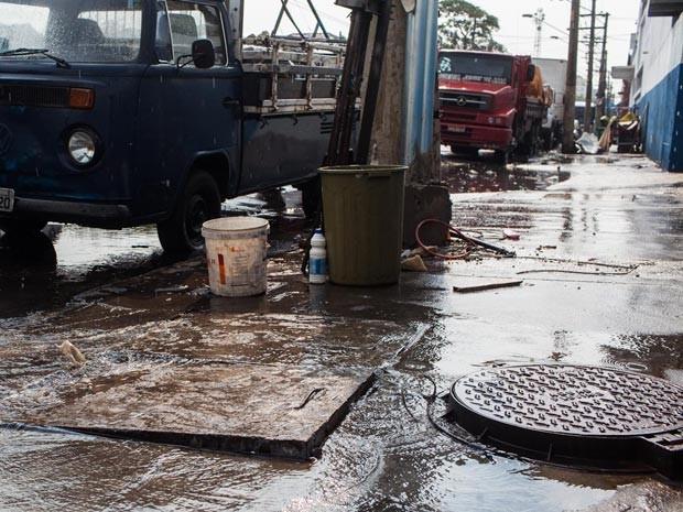 Vazamento de água em rua de São Paulo (Foto: Victor Moriyama/G1)