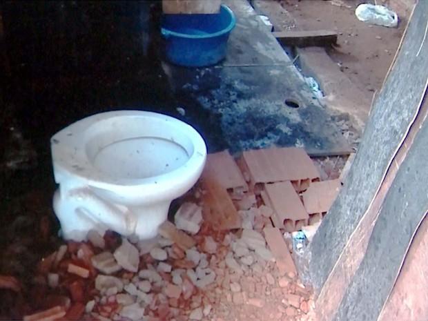 Banheiro improvisado dentro do canteiro de obras era usado por imigrantes (Foto: MPT/Divulgação)