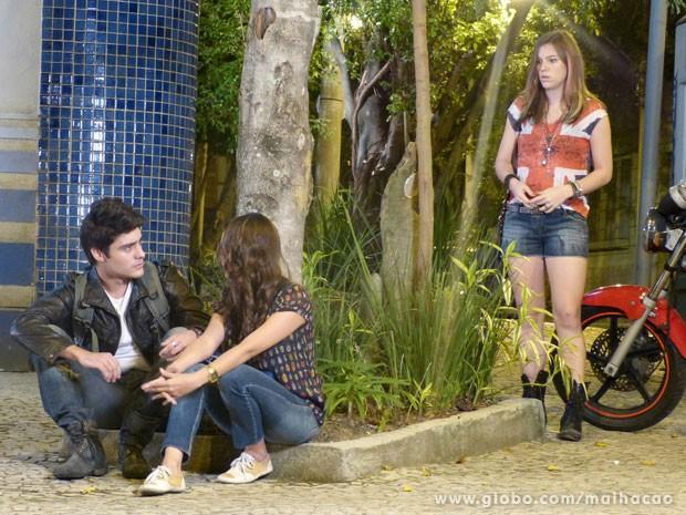 Luana conta para Vitor que ele vai ser titio (Foto: Malhação/ TV Globo)