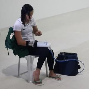 Jhennifer Conceição com a luva tecnológica no treino em SP (Foto: Lydia Gismondi)