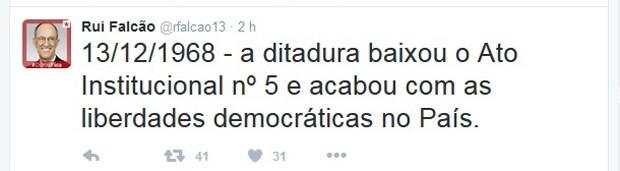 O presidente Rui Falcão lembrou, por meio de sua conta no Twitter, que há 47 anos foi implementado o AI-5 no Brasil (Foto: Reprodução/Twitter)
