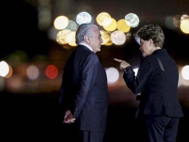 A presidente Dilma Rousseff conversa com o vice-presidente Michel Temer enquanto eles aguardam a chegada da chanceler alemã Angela Merkel para um jantar no Palácio da Alvorada, em Brasília (Foto: Ueslei Marcelino/Reuters)