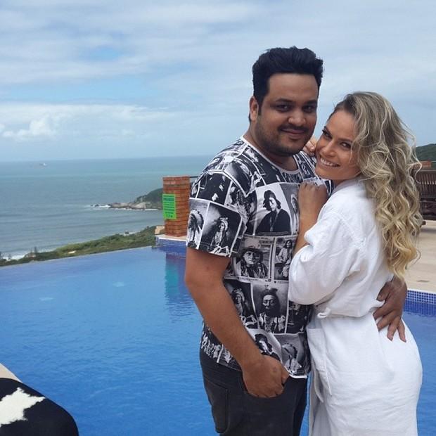 Ex-BBB Natalia Casassola com Jô Moraes em bastidores de ensaio em praia em Santa Catarina (Foto: Instagram/ Reprodução)