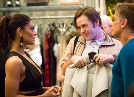 Na inauguração da loja de Carol, Max entrega que Arthur vai para Paris com Eliza