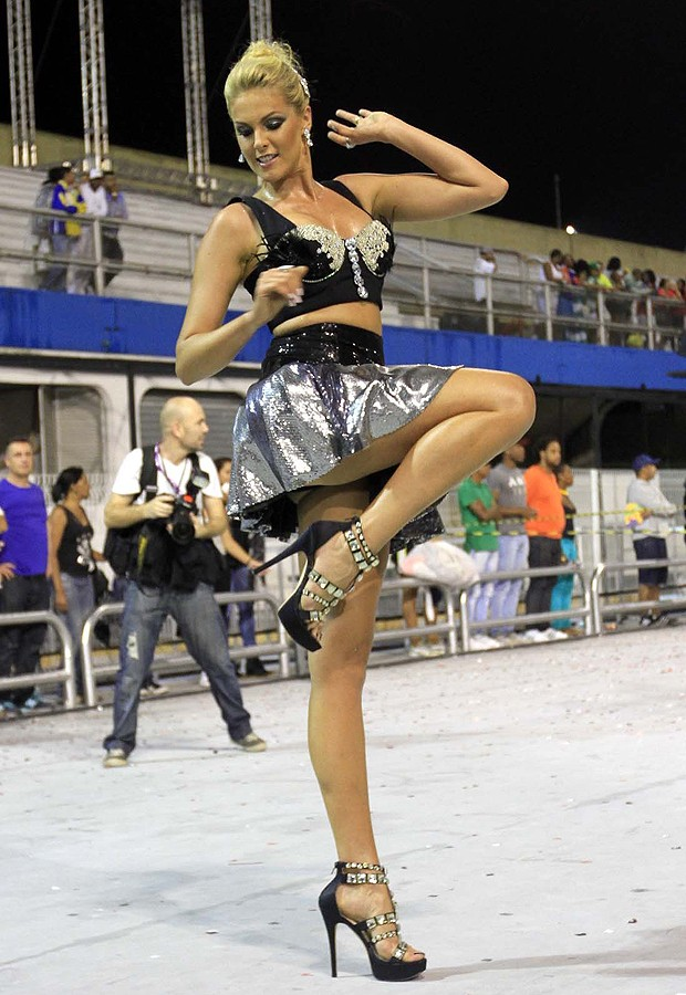 Saia Curta Trai Ana Hickmann Durante Ensaio De Carnaval