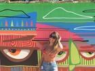 Filha de Romário exibe boa forma de biquíni na web
