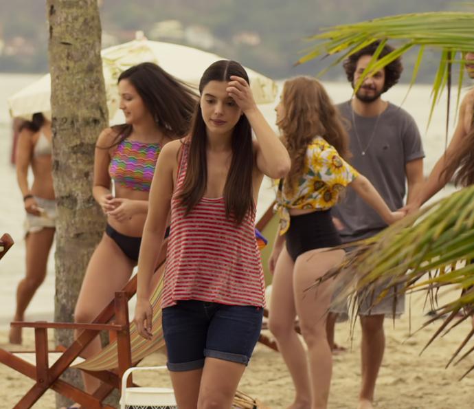 Milena fica com vergonha de mostrar corpo na praia (Foto: TV Globo)