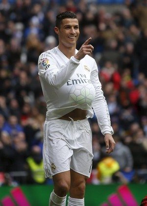 Cristiano Ronaldo comemora gol Real Madrid bola na camisa (Foto   REUTERS Susana Vera c85c5cd80b8b9
