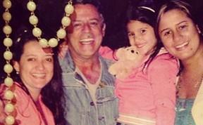 Giulia Costa e as irmãs com o pai Marcos Paulo (Foto: Reprodução/ Instagram)