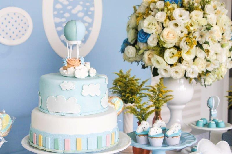 5.O balão no topo e as cores do arco-íris na base se sobressaem no bolo de dois andares, feito de biscuit  (Foto: Divulgação/Aline Amorim)
