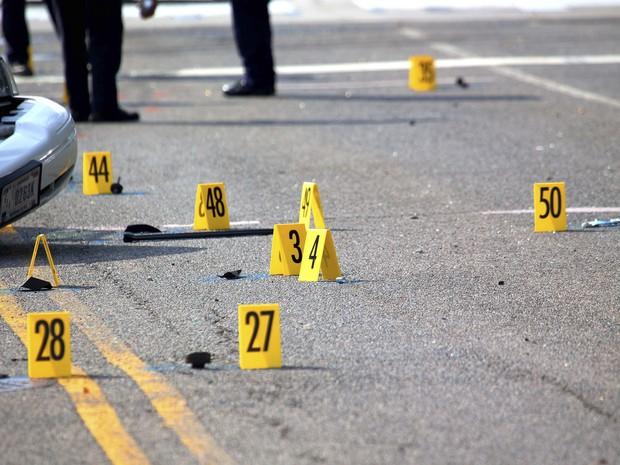 Marcas do tiroteio são numeradas perto de um carro da polícia que foi danificado durante a perseguição de um suspeito no Capitólio. (Foto: Doug Mills/The New York Times)