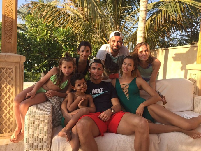 Cristiano Ronaldo aproveita folga com namorada, filho e amigos (Foto: Facebook)