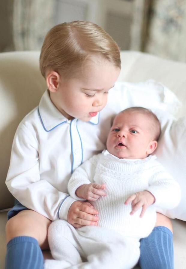 Primeira foto oficial de Charlotte, filha do príncipe William (Foto: Reprodução)