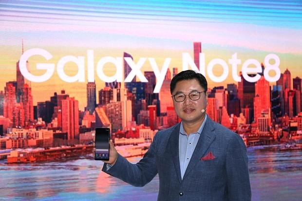 Chang Hoon Yoon, presidente da Samsung Brasil, com o novo Galaxy Note 8 (Foto: Divulgação)