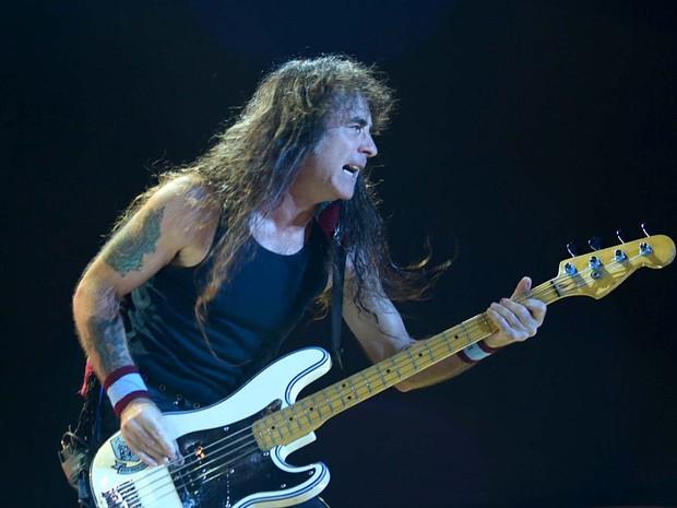 Steve Harris, do Iron Maiden, toca seu baixo Fender com símbolo do West Ham United, time para o qual torce o músico (Foto: Alexandre Bastos/G1)