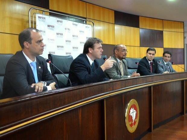 Delegado da Polícia Federal e promotores de Justiça do Grupo de Atuação Especial de Combate a Organizações Criminosas (GAECO) (Foto: Natacha Portal/ G1 RR)