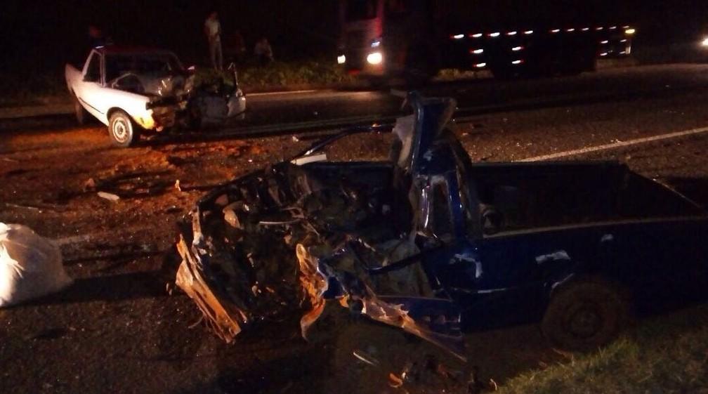 Veículos ficaram destruídos após acidente em rodovia de Itapeva (Foto: Arquivo Pessoal)