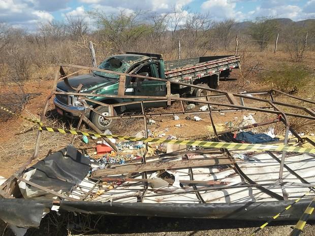 Caminhão capotou após pneu estourar (Foto: Emanuel Belmiro/TV Asa Branca)